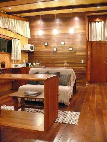 O interior foi todo feito em madeira sustentável