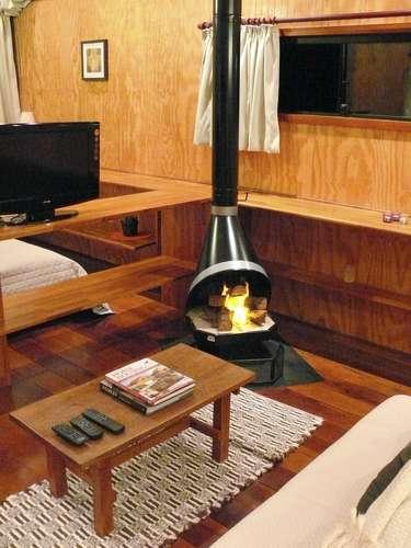 A madeira coloca o morador em contato com a natureza e gera uma sensação aconchegante, explica Eisenlohr