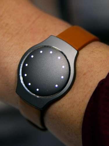 A Misfit mostra um monitor de atividade física que mede calorias, passos, distância e sono. Ele é vendido por US$ 100