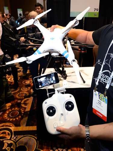 A DJI Innovations mostra um drone que captura imagens e faz vídeos aéreos. O aparelho é equipado com uma câmera de 14 megapixels e faz vídeos de 1080p. Ele é controlado por smartphone e possui uma autonomia de voo de 25 minutos. O aparelho já é vendido por US$ 1,2 mil