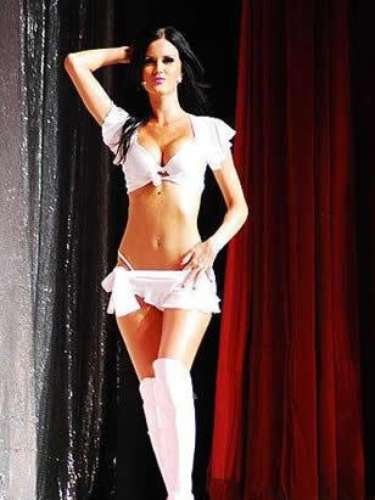 Mulher do atacante argentino Mauro Zárate (ex-Lazio e Inter de Milão, atualmente no Vélez Sarsfield), a modelo Natalie Weber venceu a pesquisa do jornal espanhol Sport, que procura a mulher mais sexy do mundo do futebol