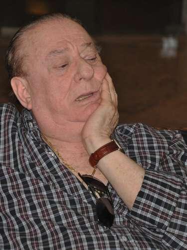 Ary Toledo chegou emocionado ao velório de sua mulher, Marly Marley, na manhã deste sábado (11). A cerimonia aconteceu no cemitério do Morumbi, em São Paulo. Marly tinha 75 e morreu na noite de sexta-feira (10), devido à encefalopatia hepática. O humorista recebeu o apoio dos apresentadores Raul Gil e Ronnie Von