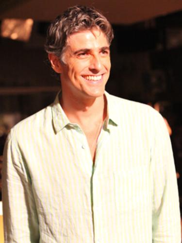 Cadu (Reynaldo Gianecchini)  Marido amoroso de Clara e pai de Ivan
