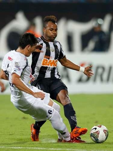 Com Fernandinho, Atlético-MG sofreu para escapar da marcação do Zamora