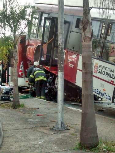 Segundo os bombeiros, os mortos estavam no automóvel, que foi esmagado por um dos ônibus com o acidente