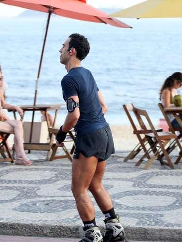 César Tralli foi fotografado no Leblon, no Rio de Janeiro, enquanto andava de patins