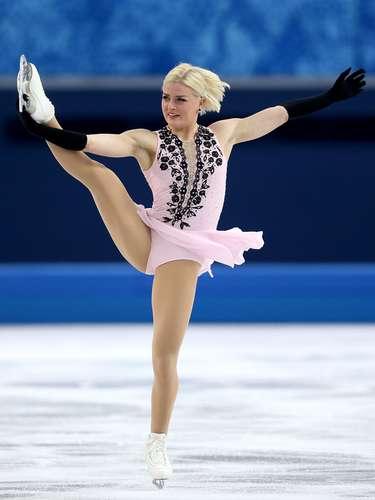 A sueca Viktoria Helgesson dividiu o cabelo ao meio e puxou para trásna prova de patinação