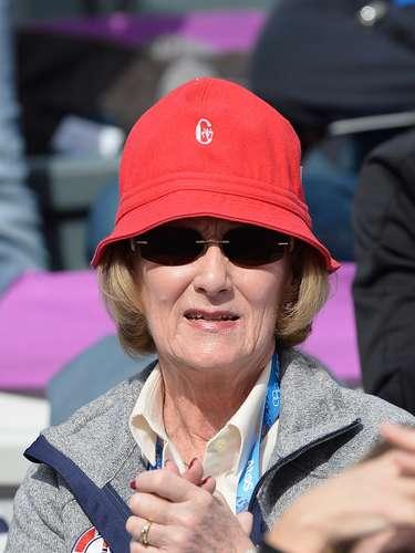 A rainha Sônia, da Noruega, preferiu um chapéu vermelho para acompanhar as competições