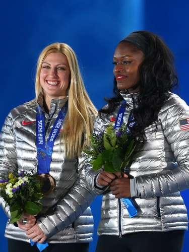 A americana Aja Evans (direita) foi receber a medalha de bronze com uma bandana na cabeça