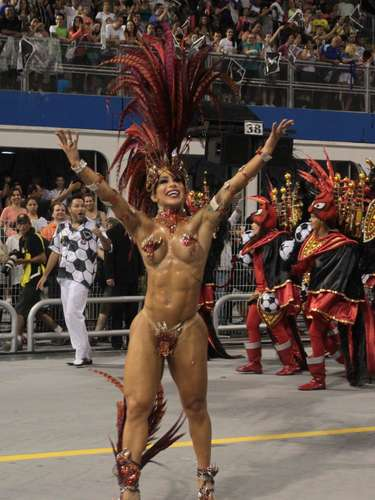 Fabiana Frota, mulher do ator Alexandre Frota desfilou apenas com um tapa-sexo pela Gaviões da Fiel