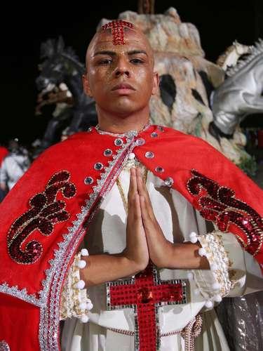 Componente da escola de samba Acadêmicos do Tatuapé com fantasia que homenageia o santo São Jorge