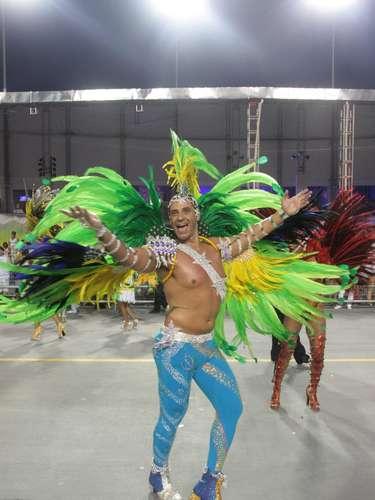 A escola de samba homenageou o santo São Jorge em suas roupas, alegorias, alas e samba-enredo