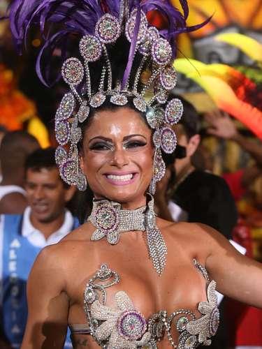 Dani Sperle desfila pela Nenê de Vila Matilde, escola da zona leste de São Paulo