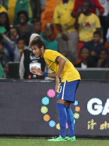 Aos 40min do primeiro tempo, Neymar marcou o segundo gol do Brasil