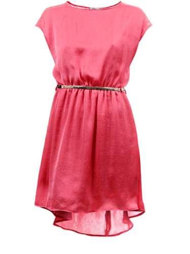 O vestido de modelagem mullet vem com cintinho e detalhe na gola. Lara para Passarela.com. R$ 99,99. SAC: (11) 4531-7952