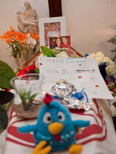 Brinquedos, fotografias, cartazes e flores foram colocados no entorno do caixão de Bernardo