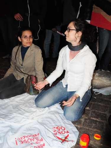 15 de abril - Cartazes, faixas e camisetas reúnem reclamações dos manifestantes em passeata