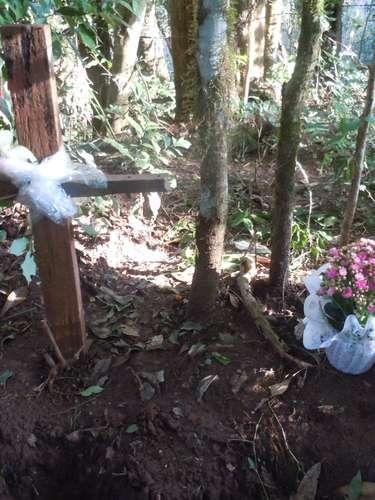 Local recebeu flores e uma cruz foi colocada