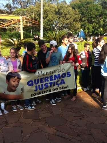 Comunidade de Três Passos (RS) fez nesta terça-feira uma nova passeata pedindo Justiça no caso da morte do menino Bernardo Uglione Boldrini