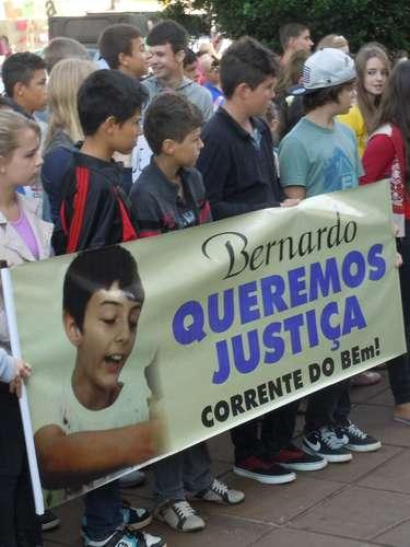 Passeata pediu justiça à véspera de um mês da descoberta do corpo do menino, encontrado no dia 14 de abril