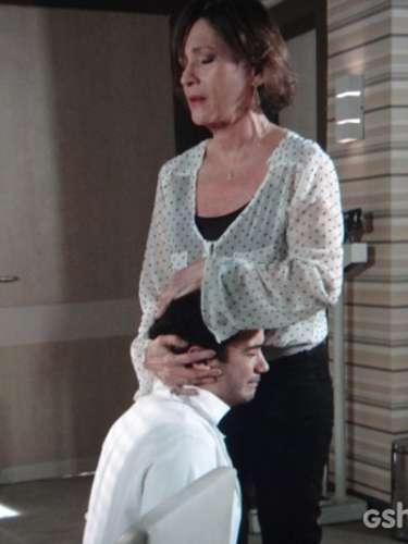 Chica faz Felipe se ajoelhar para prometer que irá tratar o alcoolismo