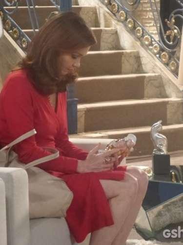 Helena descobre que sua tia Selam roubou um bibelô da casa de leilões