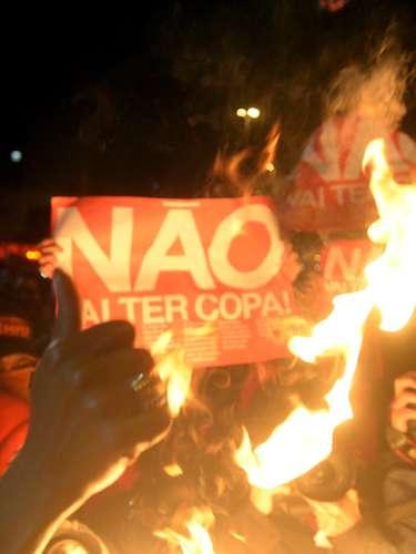 24 de maio - Durante o ato, manifestantes queimaram cartazes, mas não houve violência