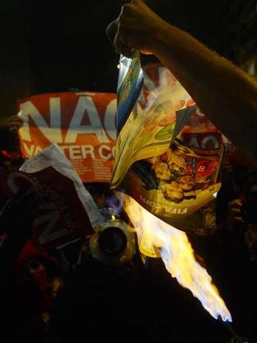 24 de maio - Álbum oficial da Copa do Mundo também foi queimado em protesto
