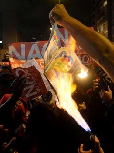 24 de maio - Manifestantes queimaram o álbum oficial da Copa do Mundo, em protesto contra a Copa