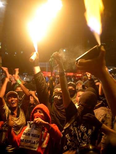 24 de maio - Apesar do fogo, protesto na Copa do Mundo foi pacífico
