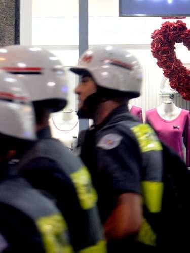 24 de maio - Em uma loja, um coração de rosas participou do cenário onde aconteceu um protesto, contra a Copa do Mundo