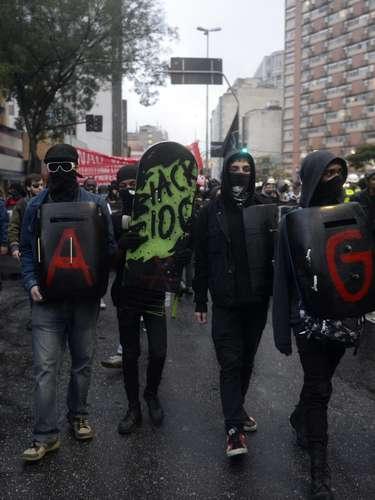 24 de maio - Mascarados, manifestantes caminharam em um protesto contra o dinheiro investido na Copa do Mundo