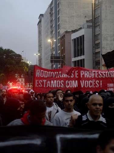 24 de maio - Manifestantes que participaram de um protesto contra a Copa do Mundo manifestaram apoio aos rodoviários e aos professores, que também têm protagonizado atos no Estado