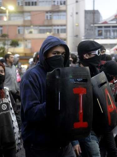24 de maio - Com escudos de proteção, grupo mascarado participou de protesto pacífico em São Paulo