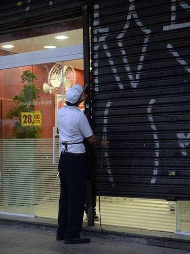 24 de maio - Estabelecimentos de São Paulo fecharam as portas mais cedo por conta do ato contra a Copa do Mundo