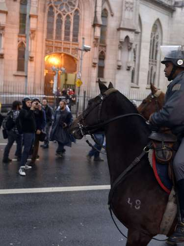 24 de maio - Força policial compareceu ao protesto também em cima de cavalos, mas não tiveram que agir