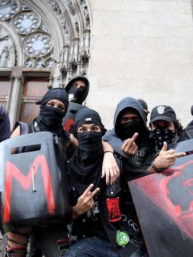 24 de maio  - Movimentos grevistas de rodoviários e metroviários engrossam o corpo de manifestantes no ato