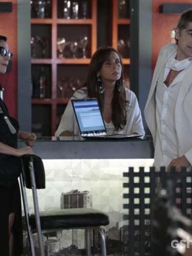 Cadu fica irritado com a presença de Marina no Galpão Cultural e acaba passando mal