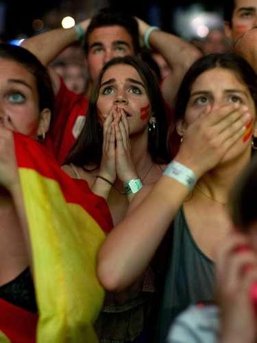 A eliminação antecipada da seleção da Espanha da Copa do Mundo pegou os torcedores espanhóis de surpresa. Durante a exibição da partida contra o Chile, em que a atual campeão do mundo saiu derrotada por 2 a 0, a decepção estava estampada no rosto dos torcedores