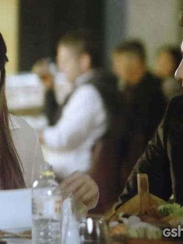 Depois que Luiza esconde o celular, ao ver que André (Bruno Gissoni) estava ligando, o músico toma o telefone da mão da noiva.