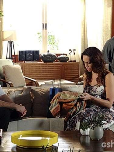Juliana se assusta ao receber a visita de Gustavo, o médico que cuidava de Gorete no momento de sua morte.