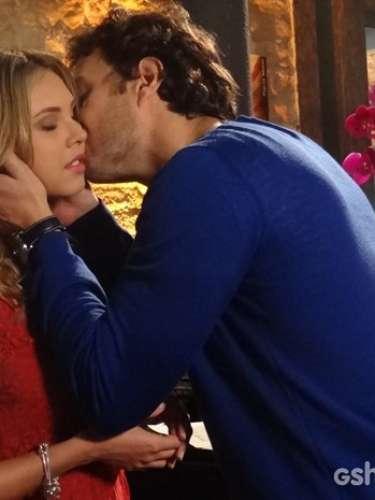 Para pedir desculpa a Lívia, Laerte dá à pianista uma flor e a beija na bochecha de forma provocante