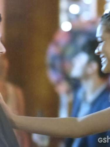 Em festa da faculdade, Luiza chama André para dança para provocar Laerte