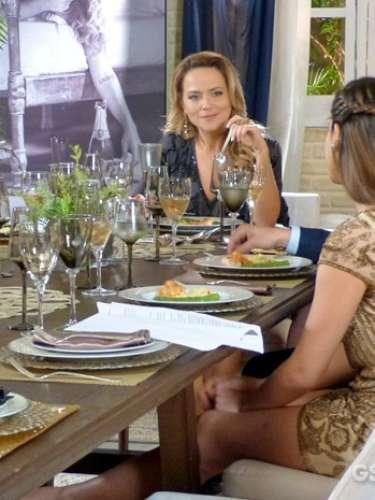 Durante o jantar de noivado de Viriato e Rafaela, Luiza não consegue se livrar dos ataques de Shirley