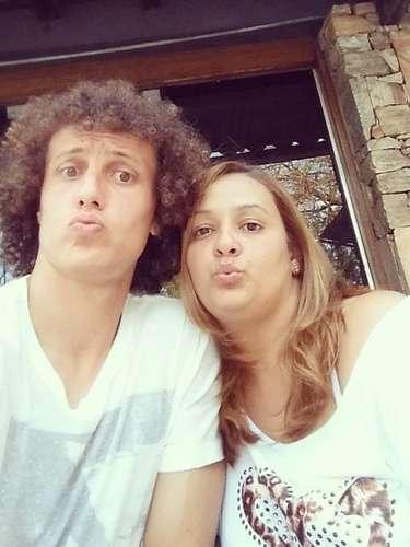 """David Luiz fez 'biquinho'ao lado da tia. """"Minha tia @kekel_san que me atura desde sempre!"""", escreveu"""
