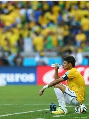 """Thiago Silva também usou sua página no Instagram para desabafar sobre as reações opostas ao seu comportamento pouco antes dos pênaltis que decidiram a vitória do Brasil contra o Chile. """"As pessoas julgam sem saber o que está acontecendo !! Pra quem falou que eu estava derrotado nesta foto aí sentado na bola !! Estava muito enganado , sou brasileiro e não desisto nunca .. apenas queria um momento meu pra fazer minha oração !! Ok"""", disse"""