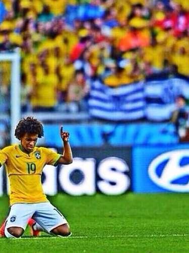 O jogador Willian resolveu homenagear os colegas da Seleção Brasileira, com uma foto da partida do último sábado. \