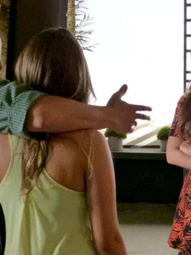Luiza parabeniza André pelo namoro com Bárbara