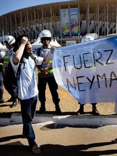 Após sofrer uma fratura na vértebra e acabar fora da Copa do Mundo, Neymar virou notícia no mundo todo. No Brasil, não foi diferente, e os torcedores aproveitaram para mandar mensagens positivas ao atacante;no Estádio Mané Garrincha, em Brasília, argentinos demostraram solidariedade