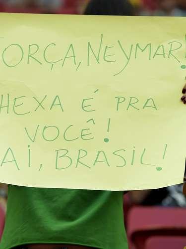 Após sofrer uma fratura na vértebra e acabar fora da Copa do Mundo, Neymar virou notícia no mundo todo. No Brasil, não foi diferente, e os torcedores aproveitaram para mandar mensagens positivas ao atacante;no Estádio Mané Garrincha, em Brasília, onde a Argentina enfrentou a Bélgica, foram diversas manifestações de apoio